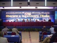 """Primo Congresso dei Radicali Italiani. Visione della presidenza e del banner: """"Liberare e legalizzare l'Italia""""."""