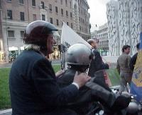 Marco Pannella, con il casco, su un motorino. Alla guida (di spalle) Emiliano Muzzurrurenzi.