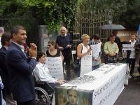 Giornata mondiale gandhiana-nonviolenta per la democrazia e la libertà anche in Vietnam. Conferenza-stampa davanti all'ambasciata del Vietnam. Al tavo