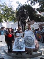 Manifestazione sotto il monumento a Gandhi, in occasione della giornata mondiale - nonviolenta per la libertà e la democrazia anche in Vietnam. Nella