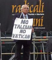 """Manifestazione e marcia anticlericale, nell'anniversario della breccia di porta Pia. Marco Pannella indossa il cartello: """"No Vatican no taleban""""."""