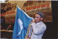 38° Congresso del PR. Enver Can, presidente del Congresso Nazionale dell'East Turkestan, mostra la bandiera nazionale.