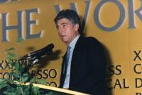 ritratto di Claudio Martelli che parla dalla tribuna di un congresso PR (BN)