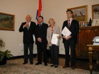 Marco Pannella, Emma Bonino e Olivier Dupuis ricevono un'onorificenza per meriti particolari nella promozione della posizione internazionale  della re