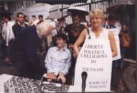 Giornata mondiale gandhiana-nonviolenta per la democrazia e la libertà anche in Vietnam. In primo piano: Marco Pannella, Luca Coscioni e Rita Bernardi