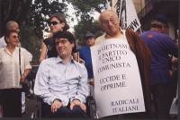 """Giornata mondiale gandhiana-nonviolenta per la democrazia e la libertà anche in Vietnam. Luca Coscioni e Sergio Stanzani (che indossa il cartello: """"In"""