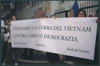 """Giornata mondiale gandhiana-nonviolenta per la democrazia e la libertà anche in Vietnam. Striscione: """"Fermiamo la guerra del Vietnam contro libertà e"""