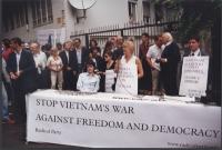 Giornata mondiale gandhiana-nonviolenta per la democrazia e la libertà anche in Vietnam. Tavolo davanti all'ambasciata del Vietnam, con, fra gli altri