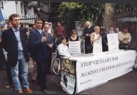 Giornata mondiale gandhiana-nonviolenta per la democrazia e la libertà anche in Vietnam. Tavolo davanti all'ambasciata del Vietnam. Si riconoscono: Be