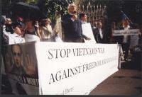 Giornata mondiale gandhiana-nonviolenta per la democrazia e la libertà anche in Vietnam. Tavolo davanti all'ambasciata del Vietnam. Al microfono: Marc