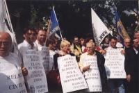 Giornata mondiale gandhiana non-violenta per la democrazia anche in Vietnam. Manifestazione davanti all'ambasciata del Vietnam. Sergio Stanzani. A fia