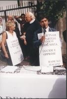 Giornata mondiale gandhiana nonviolenta per la democrazia anche in Vietnam. Conferenza stampa davanti all'ambasciata del Vietnam. Al microfono: Daniel