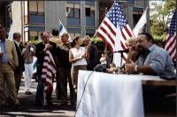 Conferenza stampa, nel primo anniversario della strage del World Trade Center, davanti alla moschea di Roma. In piedi, appoggiato alla bandiera: Valte