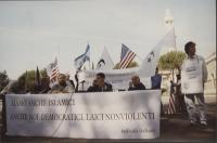 Conferenza stampa, nel primo anniversario della strage del World Trade Center, davanti alla moschea di Roma. Al tavolo, da sinistra: Rita Bernardini,