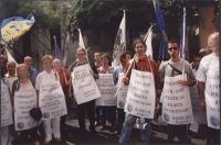 """Giornata mondiale gandhiana non-violenta per la libertà e la democrazia anche in Vietnam. Gruppo di manifestanti con vari cartelli: """"Respect of princi"""
