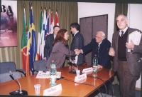 Convegno: PENSIONI UNA BOMBA AD OROLOGERIA promosso dalla Lista Bonino presso la Sala delle Bandiere (Parlamento Europeo). Marco Pannella stringe la m