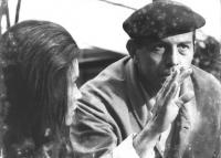 ritratto di Enrico Maria Salerno (attore. Di spalle Florinda Bolkan (BN)