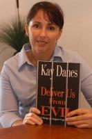 """Kay Danes, arrestata per un anno in un carcere del Laos, tiene in mano la copertina del libro: """"Deliver us from evil""""."""