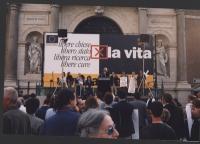 Giornata anticlericale. Comizio davanti a porta Pia. Alla tribuna: Marco Pannella. Da sinistra: assistente di Coscioni; Maria Antonietta, moglie di Co