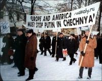 """Partecipazione di una rappresentanza radicale a una manifestazione contro la guerra in Cecenia. I manifestanti innalzano lo striscione: """"Europa and Am"""