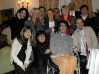 Foto di gruppo con Luca Coscioni. Si riconoscono, in seconda fila in piedi: Matteo Angioli (primo da sinistra), Giulia Simi (seconda da sinistra), Rit