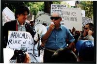 Marco Cappato e Arnold Trebach durante la manifestazione sotto il monumento a Gandhi, in occasione della giornata mondiale - nonviolenta per la libert