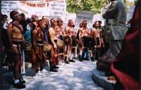 Una delegazione di montagnards, in costumi tradizionali, partecipano alla manifestazione sotto il monumento a Gandhi, in occasione della giornata mond
