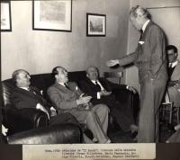 """Redazione de """"Il Mondo"""". Da sinistra a destra: Bruno Villabruna, Mario Pannunzio, Arrigo Olivetti, Niccolò Carandini (in piedi), Eugenio Scalfari."""