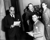 Primo a sinistra: Francesco Libonati. Al centro, in secondo piano: Max Salvadori. (Libonati legge un volantino che riproduce la mozione conclusiva del