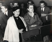 In primo piano: Nina Ruffini e Anna Garofalo. Ultimo a destra, sullo sfondo: Claudio Simonelli.