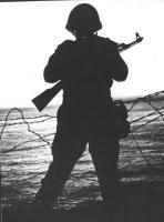 Soldato statunitense imbraccia un fucile (BN)