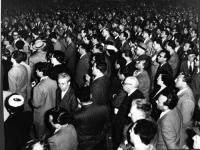 Il pubblico segue il comizio di Leone Cattani a piazza Esedra, in occasione delle elezioni amministrative.