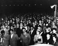 Il pubblico assiste al comizio di Nicolò Carandini e Leone Cattani a piazza Esedra, in occasione delle elezioni amministrative.