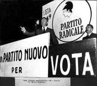 Comizio di Nicolò Carandini a piazza Esedra, in occasione delle elezioni amministrative. Al suo fianco: Leone Cattani.