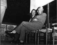 """Nicolò Carandini e Leopoldo Piccardi (nel retro del teatro Eliseo, in occasione di uno dei convegni organizzati da """"Il Mondo"""")."""