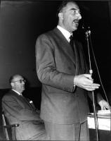 Leone Cattani parla al microfono.