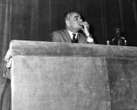 """Alberto Moravia presiede al Convegno """"Stato e Chiesa"""", promosso dagli Amici del Mondo."""