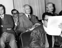 """Sandro Pertini seduto in platea in occasione di uno dei convegni degli """"Amici del Mondo"""" al teatro Eliseo. Alla destra di Pertini: Nina Ruffini."""