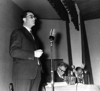 Davanti al microfono: Eugenio Scalfari. Seduto al tavolo: Tullio Ascarelli.