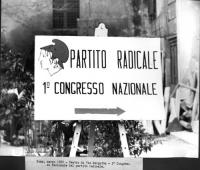 Cartello segnaletico di ingresso del Primo Congresso Nazionale del Partito Radicale, a via Margutta.