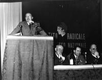 Primo Congresso Nazionale del PR. Alla tribuna: Boneschi (Luca o Mario???). Al tavolo di presidenza, da sinistra a destra: Arrigo Olivetti, Mario Leon