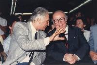 Pannella parla a Spadolini, seduti in platea ad un congresso radicale