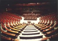 Vista dell'aula della Camera dei Deputati completamente vuota.