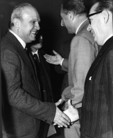 Francesco De Martino stringe la mano a Mario Pannunzio, in occasione del Primo Congresso Nazionale del PR. In secondo piano: Leone Cattani.