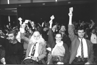 36° congresso PR II sessione. I congressisti votano alzando la delega (BN)