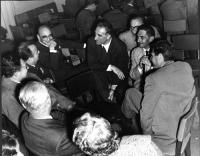 Discutono in gruppo, fra gli altri, Leone Cattani (al centro), Mario Boneschi (primo a destra, in secondo piano), Anna Garofalo e Leopoldo Piccardi (d