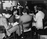 Intorno al tavolo, si riconoscono: Guido Veneziani (secondo da sinistra) ed Emilio Zenoni (terzo da destra).