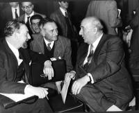 Arrigo Olivetti (primo a destra) a colloquio con ????