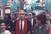 marcia di Natale '84. Enzo Tortora e Adelaide Aglietta mentre marciano