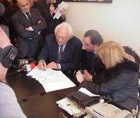 Marco Pannella, alla presenza dei giornalisti, firma la notifica del provvedimento di libertà vigilata (in seguito alla sentenza di condanna per cessi